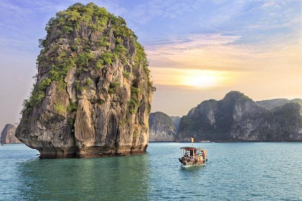 Drømmende solnedgang blant steinene i Halong Bay, Vietnam