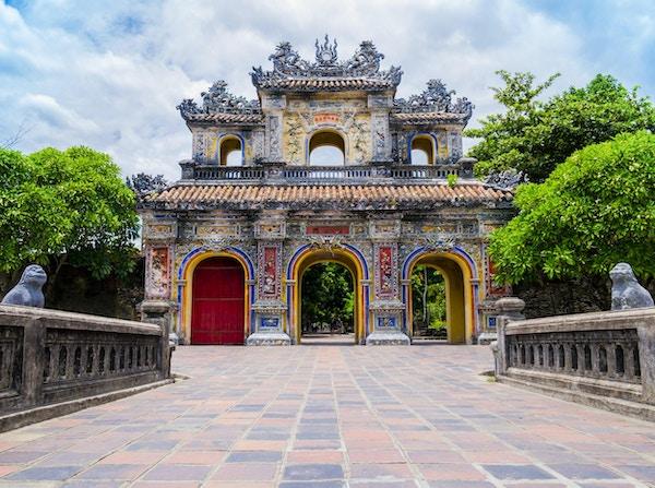 Hovedporten i den gamle citadellet i Hue, den keiserlige forbudte lilla byen, Vietnam