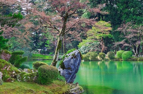 Kasumiga-ike-dammen i Kenrokuen-parken i Kanazawa. Den er kjent som en av de tre vakreste havene i Japan.
