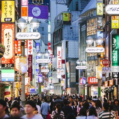 Folk som går i Tokyos shoppingområde Shibuya,
