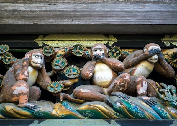 Det berømte ikonet av tre aper. Se, snakk og hør ikke noe ondt. Tosho-gu-helligdommen, Nikko, Japan