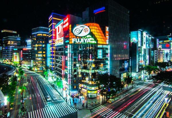 Gatekryss i Ginza, Tokyo som belyser kveldsgatene.