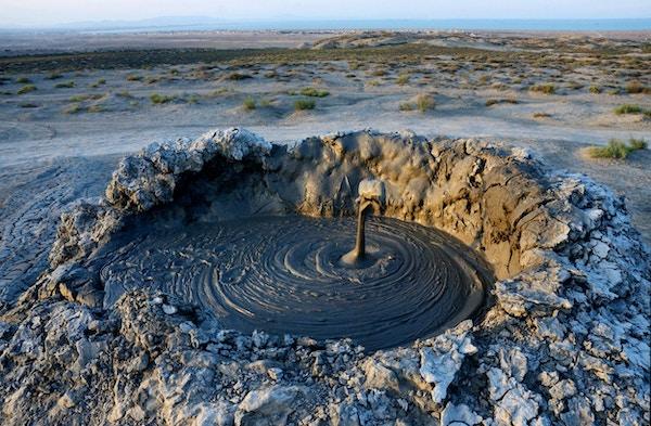 Bursting av boble gjørme vulkaner med naturgass i Gobustan, berømte landemerke, Aserbajdsjan, Kaukasus