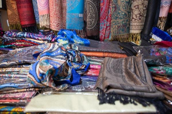 Tradisjonelt orientalsk tøyskjerf solgt i en butikk i gamlebyen Sheki, Aserbajdsjan.