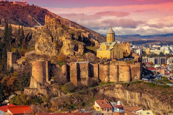 Vakker panoramautsikt over Narikala-festningen og Tbilisi ved solnedgang