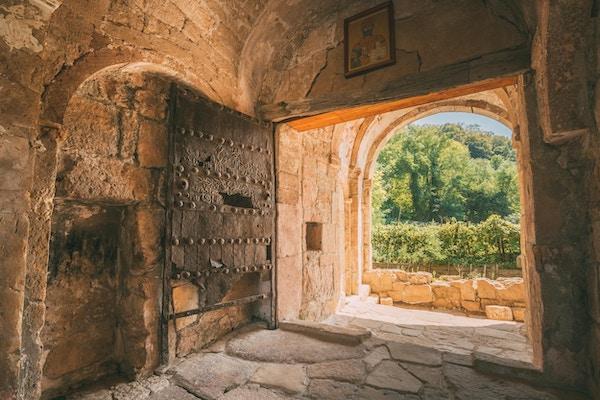 Kutaisi, Georgia. Jernporten er hovedinngang til gravkammeret der David IV av Georgia ligger gravlagt i Gelatiklosteret.