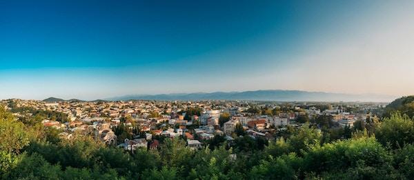 Kutaisi, Georgia. Panoramautsikt over byen på en solfylt høstkveld.