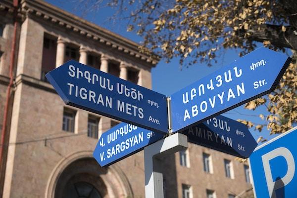 Gateskilt for Tigran Mets Avenue og tre andre gater i Yerevan, Armenia
