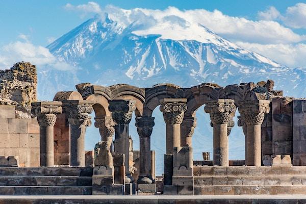 Ruiner av Zvartnos-tempelet i Jerevan, Armenia, med Mount Ararat i bakgrunnen