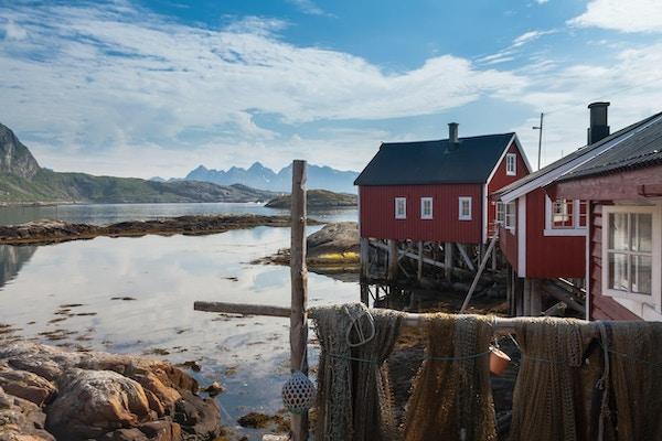 Typisk rød rorbu-fiskehytte i Svolvær i Lofoten, Norge, opplyst av midnattssolen