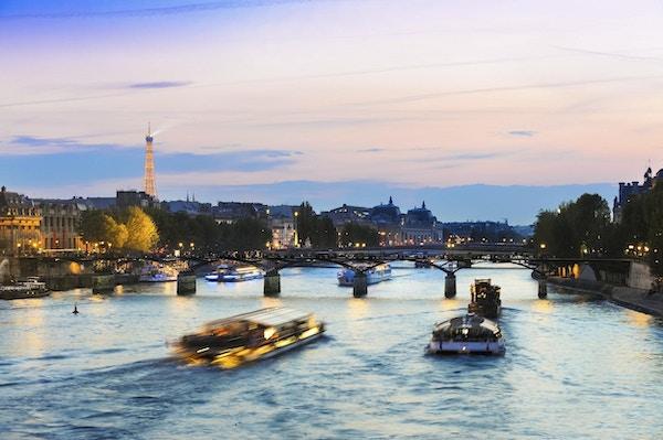Turbåter på Seine ved solnedgang