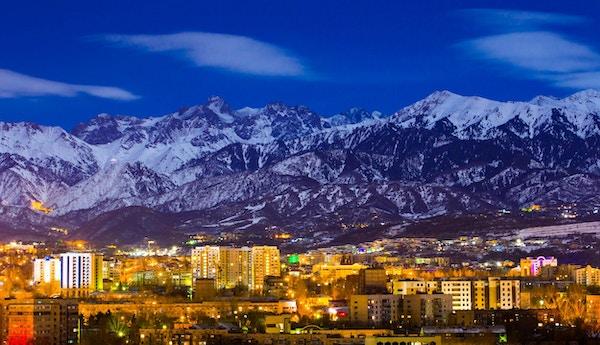 Almaty, Kasakhstan, 26. desember 2015. Den øvre delen av Almaty under fullmåne-lyset.
