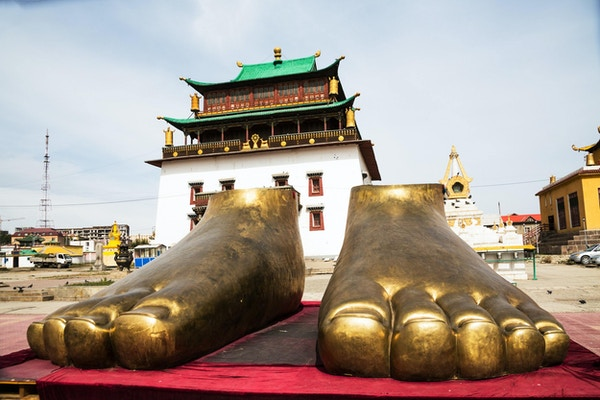 To gyldne føtter utenfor Gandan-klosteret i Ulan Bator, Mongolia. Gandan-klosteret er et buddhistisk kloster og en av de viktigste severdighetene i Ulan Bator.