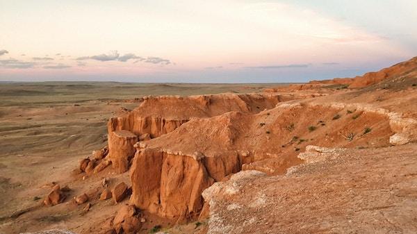 Bayanzag - kjent som Flaming Cliffs - dannet for 60-70 millioner år siden, Mongolia.