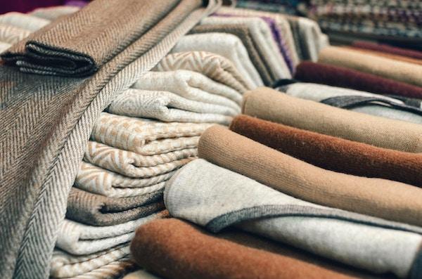 Cashmere ull skjerf og innpakning med linjer og firkantet dekor i en markedsbod