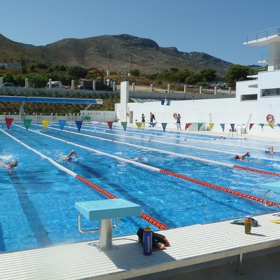 Svømmere trener i basseng