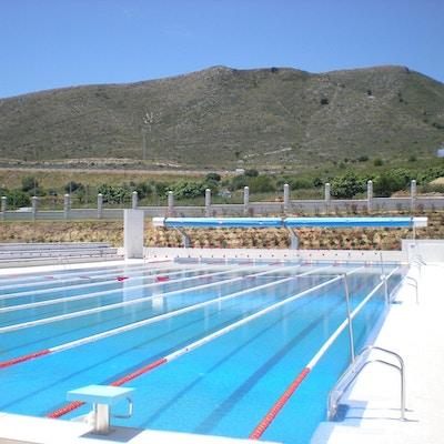 Svømmebasseng med fjell i bakgrunnen