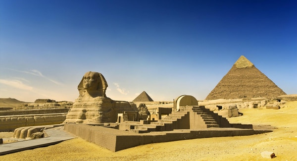 Egypt. Kairo - Giza. Sfinxen; Pyramid of Khafre (Chephren) og Menkaure (Mykerinos) i bakgrunnen. Pyramidefeltene fra Giza til Dahshur er på UNESCOs verdensarvliste