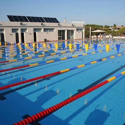Svømmebasseng med fargerike flagg og baneinndelinger