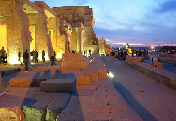 Utsikt over det opplyste Kom Ombo-tempelet om natten. Øvre Egypt.
