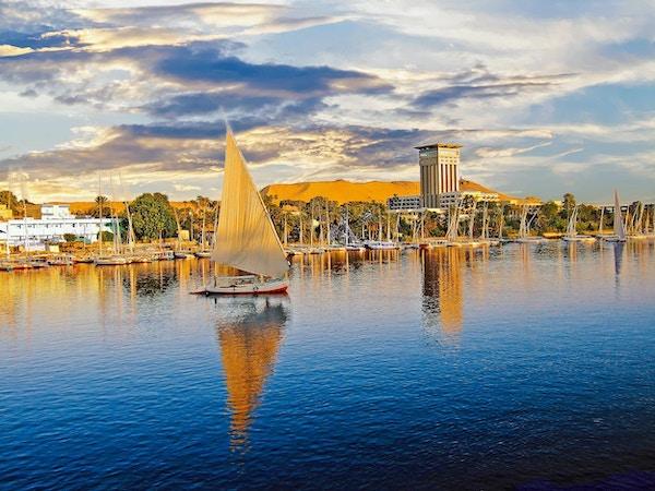 Luxor på Themsen er et populært sted for turistbåter å fortøye før de knuser elven Nilen, Egypt, 2008
