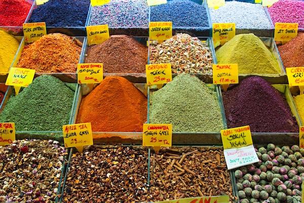 Bilde av ulike krydder, både fin- og grovmalt til salgs