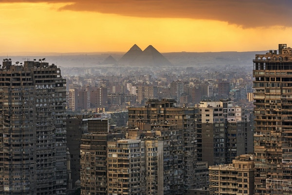 Bylandskap i Kairo, med Giza-pyramidene i bakgrunnen .