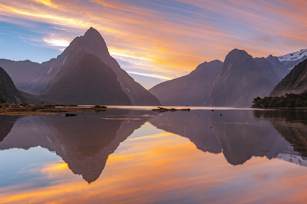 Milford Sound, South Island, New Zealand i skumringstid