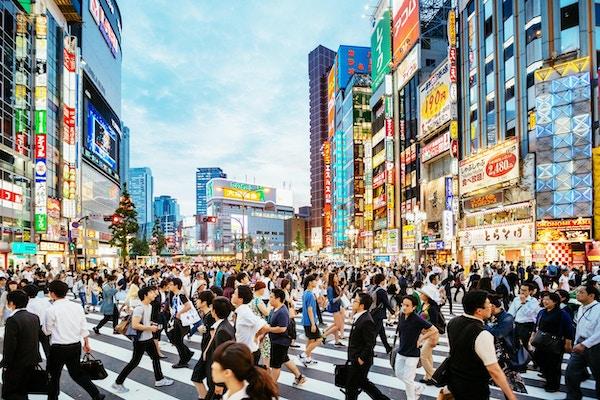 Travel gatekryss i Shinjuku, Tokyo, i solnedgang