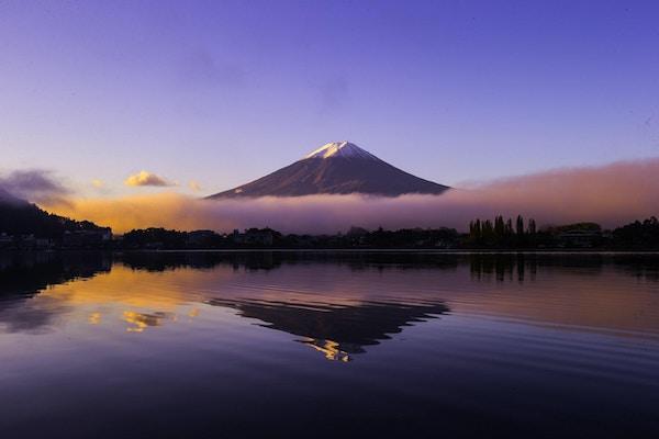 Fjellet Fuji på vintermorgen med refleksjon over innsjøen Kawaguchi, Japan