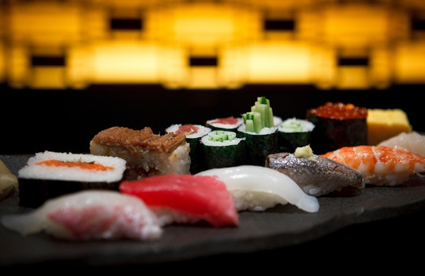 Sushi-tallerken i en Tokyo-restaurant.