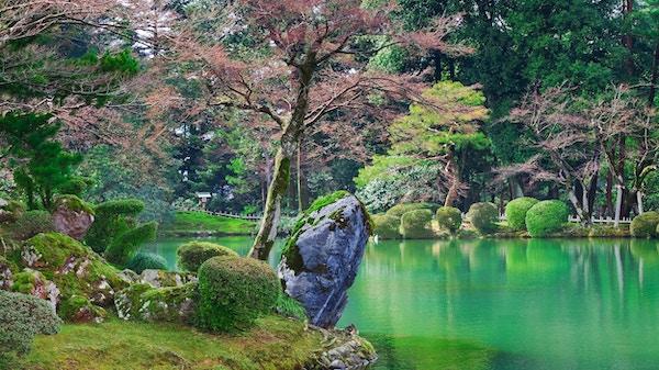 Kasumiga-ike-dammen i Kenrokuen park på Kanazawa