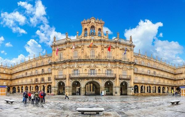 Den berømte, historiske Plaza Mayor i Salamanca på en solskinnsdag med dramatiske skyer, Castilla y Leon, Spania