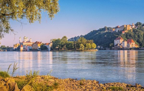 Utsikt over Passau og sammenløpet til Donau, Inn og Ilz på en vakker sommerdag.