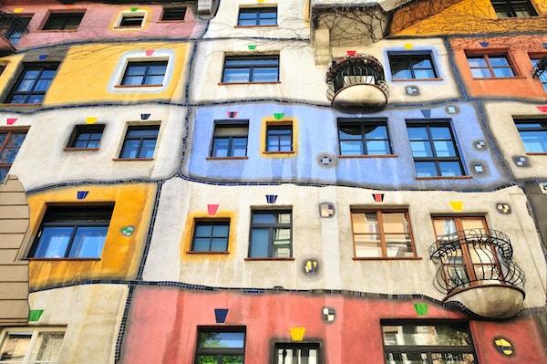 Hundertwasser House (Hundertwasserhaus) er et leilighetshus i Wien, Østerrike, bygget etter ideen og konseptet om den østerrikske kunstneren Friedensreich Hundertwasser med arkitekten Joseph Krawina som medforfatter. Dette ekspresjonistiske landemerket til Wien ligger i Landstrae-distriktet på hjørnet av Kegelgasse og Löwengasse.