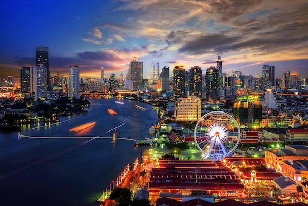 Bybilde i Bangkok. Kveldsutsikt mot Bangkoks businessdistrikt i skumringen