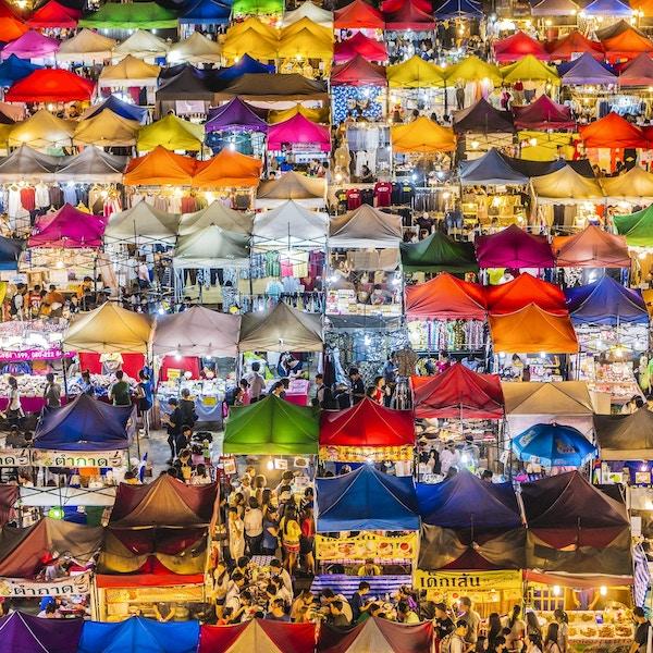 Rod Fai-markedet i Ratchada er åpent fra torsdag til søndag. Det er et veldig populært sted for lokalbefolkningen. Markedet er kjent fordi butikkene for vintage-varer og matboder, men alle slags varer selges her