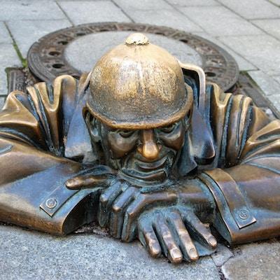 Statue av en mann i et komlokk