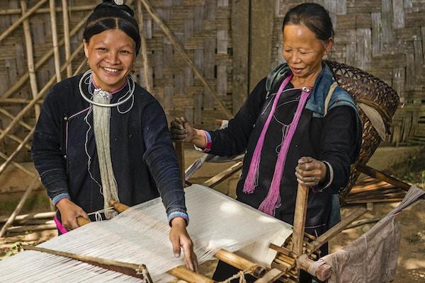 Kvinner fra Lantan Hill-stammen som jobber med vevstol. Luang Namtha er et populært turistmål i Laos, og en base for turer til de omkringliggende landsbyene i høydestammen.