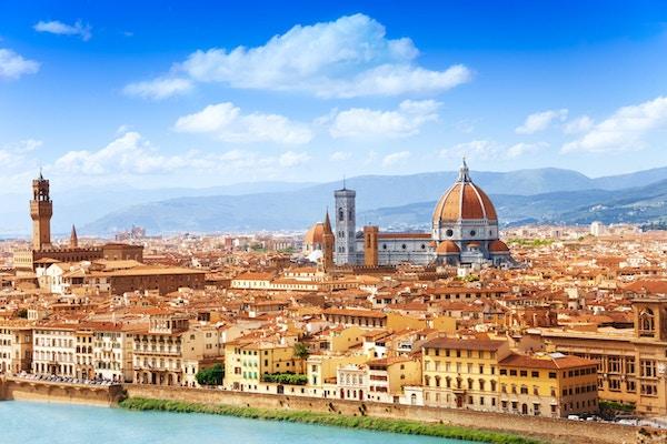Bybildet panorama av elven Arno, tårnene og katedraler i Firenze
