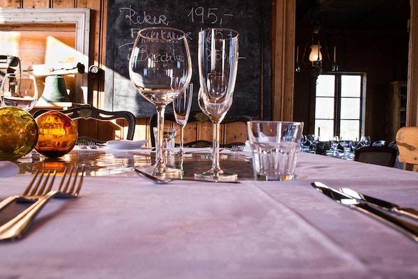 Bord med glass og bestikk på Støtt Brygge