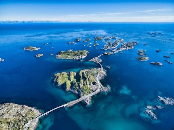 Henningsvær, fiskehavn på Lofoten, naturskjønn luftfoto