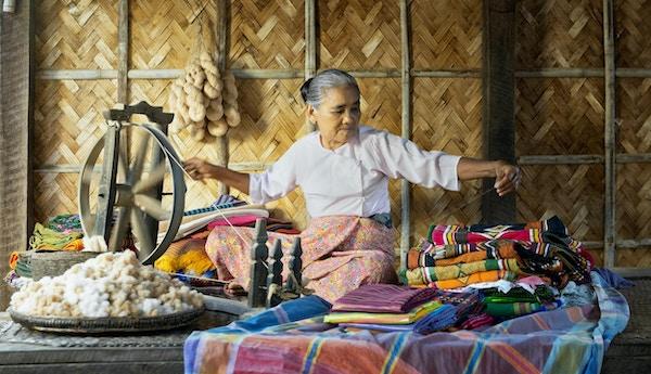 Kvinne som spinner bomull i en landsby i Bagan, Myanmar.