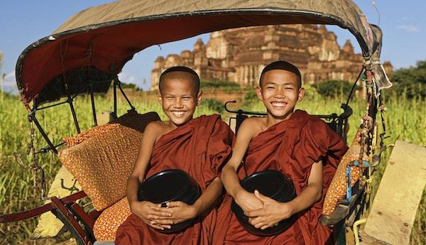 Portrett av to unge buddhistiske munker på hestevogna, Bagan, Myanmar (Burma)