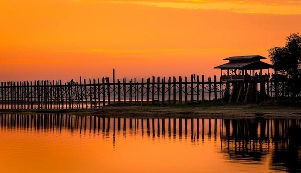 Trebro i vakker solnedgang. Foto.