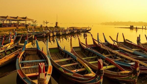 Soloppgang ved U Bein Bridge med båt, Mandalay, Myanmar