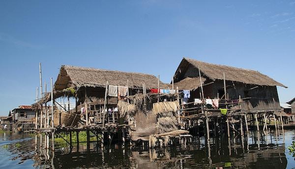 Utsikt over hjem på stylter over Lake Inle, som ligger i Nyaungshwe Township of Taunggyi District of Shan State, Myanmar.
