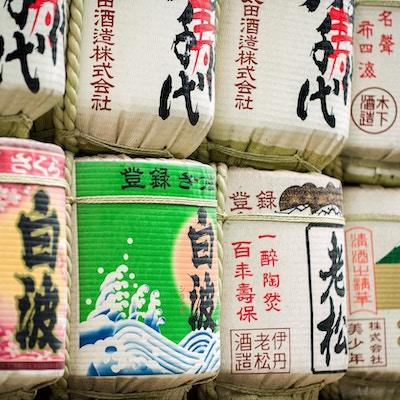 Japansk saki innpakket i strie med japanske tegn