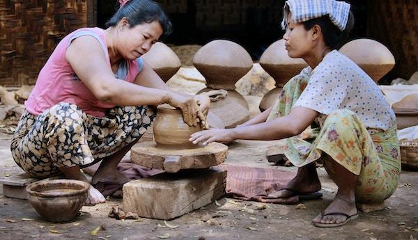 """""""Landlige kvinner fra Sagaing, Myanmar, som lager jordgryter på et håndspunnet keramikkbord."""""""
