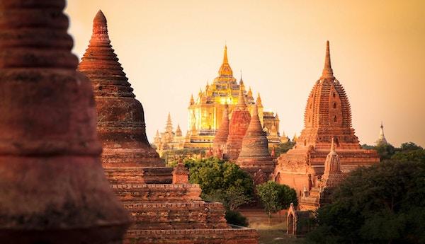 Verdensarven Bagan med sine store templer i vakkert sollys